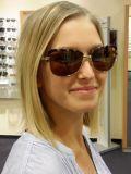 Kundin mit Sonnenbrille in Sehstärke